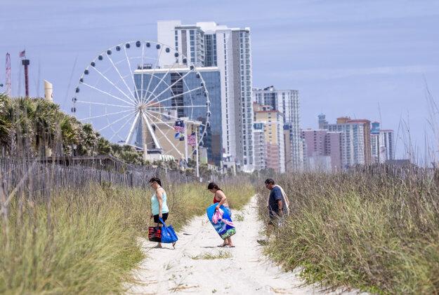 Verejnú pláž v Južnej Karolíne otvorili po tom, ako bola na niekoľko týždňov zatvorená pre šírenie nového koronavírusu.