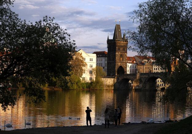 Česká vláda postupne uvoľňuje opatrenia zavedené v boji proti šíreniu nového koronavírusu.