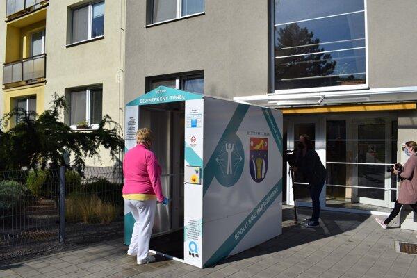 Po prejdení takýmto tunelom, ktorého cena sa pohybuje na úrovni 5000 eur, nezostane na človeku ani jedna baktéria či vírus. Na dezinfekciu 320 ľudí pritom stačí dvadsať litrová nádrž. Pre zaujímavosť, aj aplikovaná dezinfekcia (oxychlorine) je vyrobená vPartizánskom.
