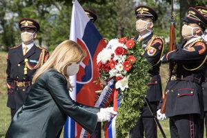 Prezidentka SR Zuzana Čaputová (vľavo v popredí) počas pietneho aktu kladenia vencov k Mohyle M. R. Štefánika pri príležitosti 101. výročia jeho tragickej smrti v Ivanke pri Dunaji.