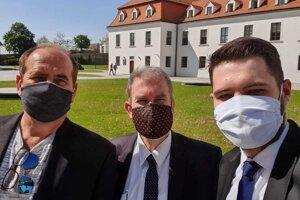 Igor Keleši (prvý zľava) bude už onedlho pôsobiť ako asistent poslanca NRSR Marcela Mihálika (OĽANO).