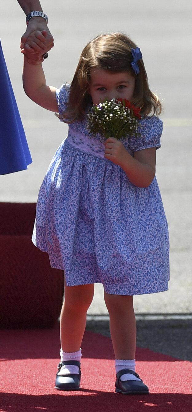 Kate, vojvodkyňa z Cambridge, drží za ruku svoju dcéru princeznú Charlotte po prílete na letisko v Berlíne 19. júla 2017.