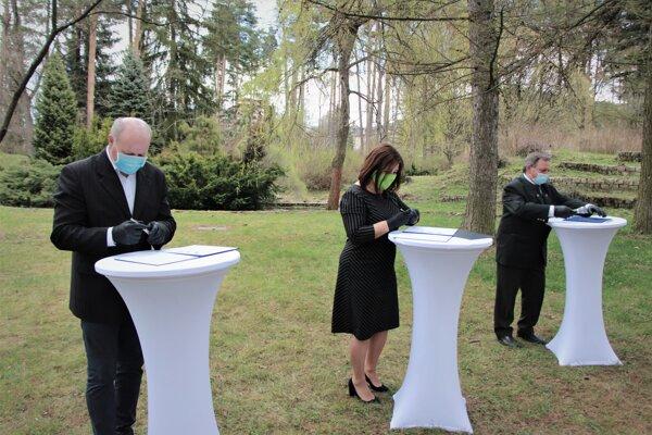Na fotografii zľava: primátor Liptovského Hrádku Branislav Tréger, županka Erika Jurinová a riaditeľ strednej školy Viliam Prukner.