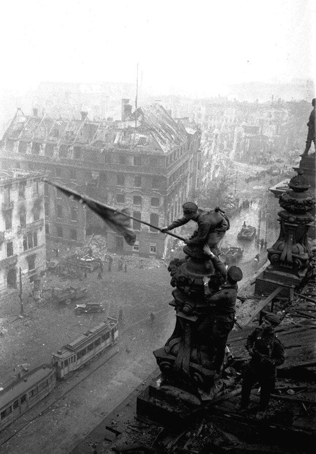 Sovietska vlajka nad berlínskym Reichstagom symbolizuje koniec druhej svetovej vojny. Fotograf Jevgenij Chaldej musel na oficiálnej fotke vyretušovať hodinky na pravej ruke sovietskeho vojaka, pridal  viac dymu, čo malo navodiť dojem, že v meste sa ešte stále tuho bojuje (čo už nebola pravda) a ani vlajka nie je pôvodná. Nahradila ju iná, ktorá lepšia viala.