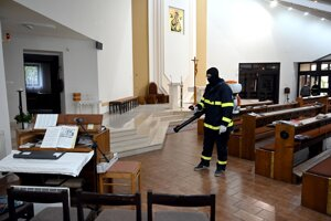 Kostol dezinfikujú dobrovoľní hasiči.