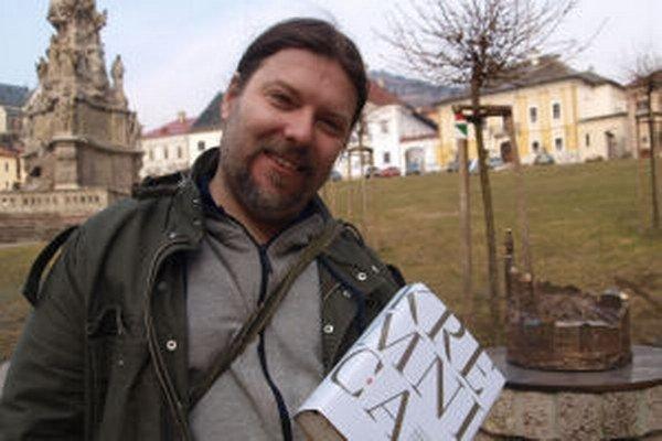 Historik Daniel Haas Kianička so svojím dielom v centre Kremnice.