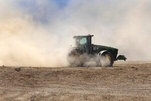 Traktor vplyvom nedostatku vlahy v pôde zanecháva za sebou oblak prachu. Očová, 24. apríla 2020.