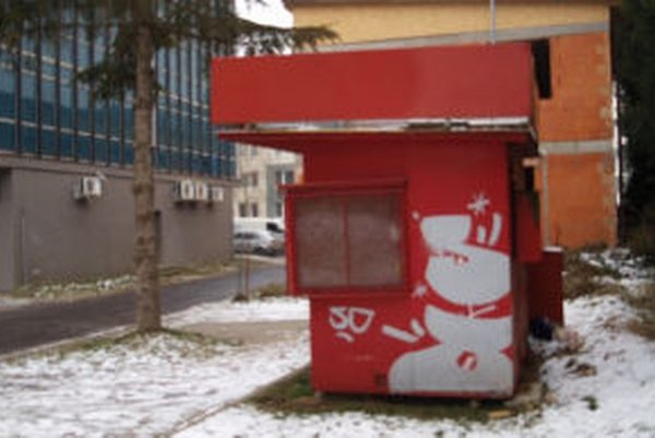 Majiteľ za zabratie verejného priestranstva neplatí. Mesto chce, aby opustený stánok odstránil.