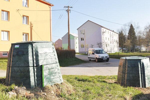 Kompostéry medzi bytovkami.