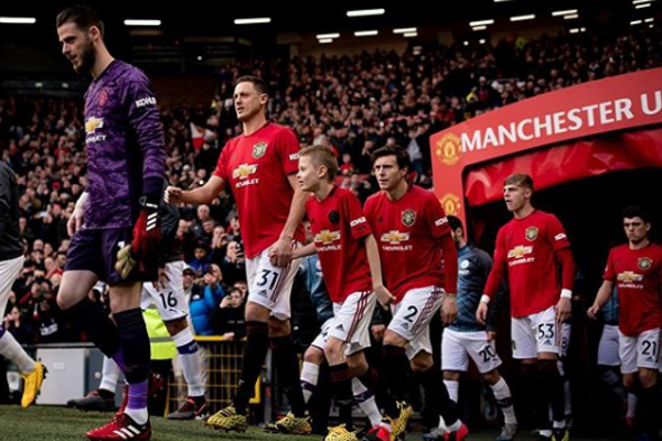 Nemanja Matič (druhý zľava, č. 31) nastupuje na plochu Divadla snov, ako sa hovorí štadiónu Manchestru United.