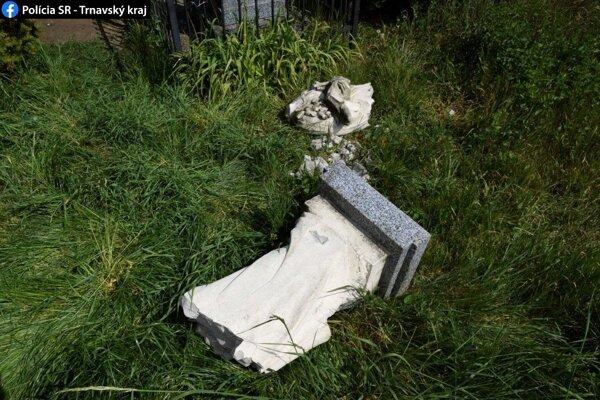 Zničená socha v obci Brestovany.