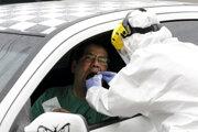 Testovanie koronavírusu u ľudí priamo z okna auta (systém drive-through).