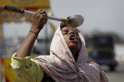Na ilustračnej snímke indický pouličný predavač pije vodu v horúcom popoludní na predmestí Džammú 27. mája 2016.