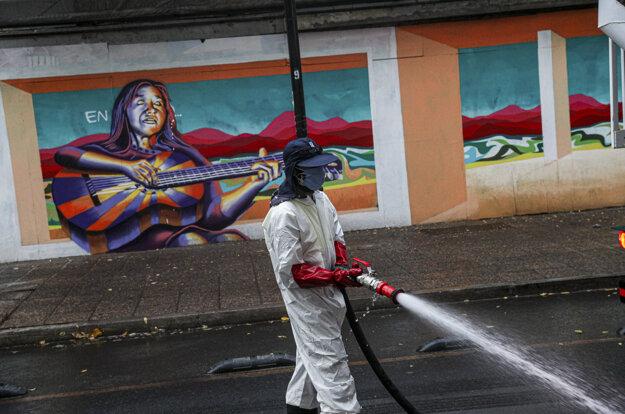 Dezinfekcia v uliciach Santiaga, koronavírus ničí aj Čile.