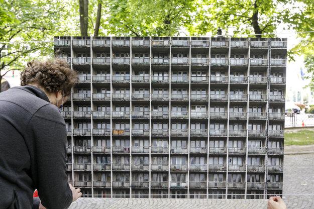 Z inštalácie výstavy veľkoformátových dokumentárnych fotografií Karla Cudlína a Petra Korčeka z posledných týždňov, nazvaný Mestá bez nás.