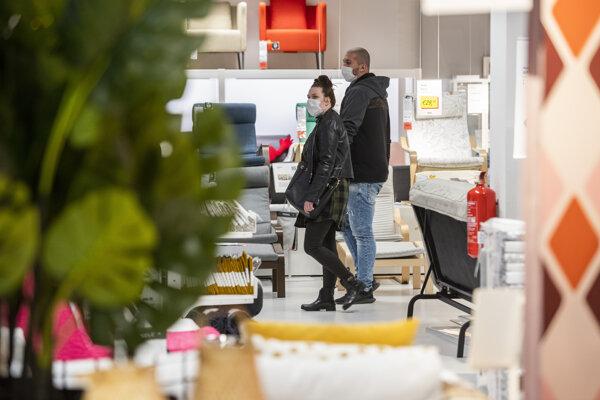 Koronavírus na Slovensku: Návštevníci si prezerajú tovar v obchodnom dome Ikea.