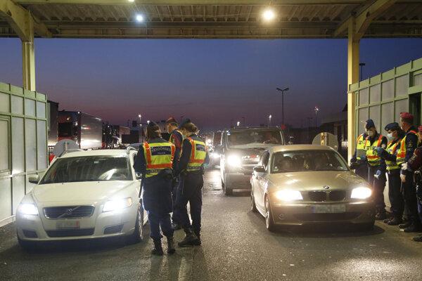 Migranti napadli policajtov pri pokuse o prechod zo Srbska do Maďarska