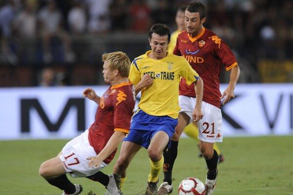 Miroslav Viazanko v súboji o loptu s dvojicou hráčov AS Rím, Riisem (vľavo) a Gubertim.