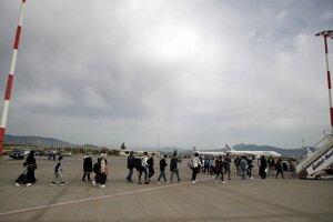 Migranti na eténskom letisku.