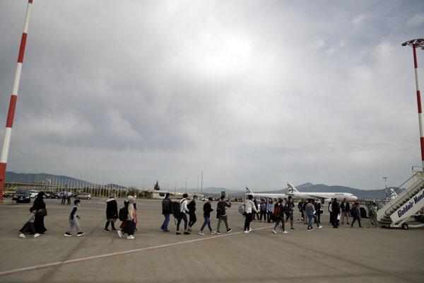 Migrantov z Grécka presúvajú do Veľkej Británie.