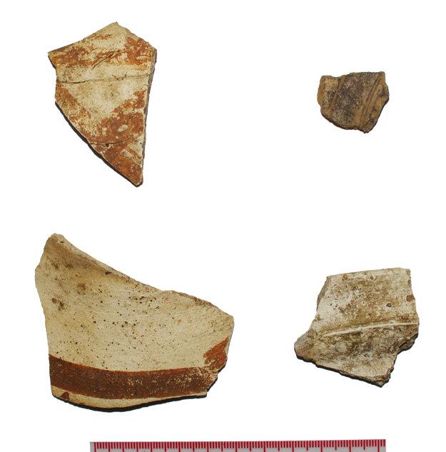 Keramické fragmenty tzv. bielej keramiky z vrcholného stredoveku objavené počas prieskumu v roku 2012.