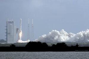 Štart nosnej rakety Atlas V z vesmírneho štartovacieho komplexu 41 na Myse Kanaveral na Floride.