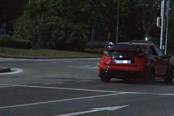 Cestného piráta namerali policajti v Bratislave. Vodič Hondy Civic uháňal po Račianskej ulici rýchlosťou 112 km/h. Povolenú rýchlosť tak prekročil o 62 km/h. Tridsaťpäť ročný vodič dostal pokutu 490 eur.