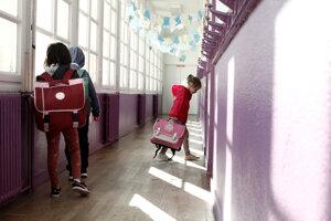 Dieťa vchádza do triedy v parížskej základnej škole.