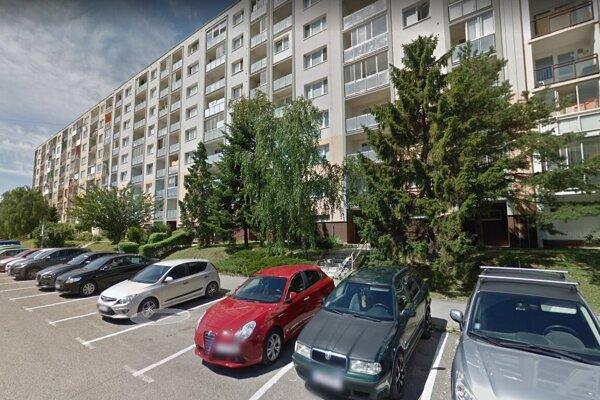 V byte na tejto ulici objavili nehybné telo.
