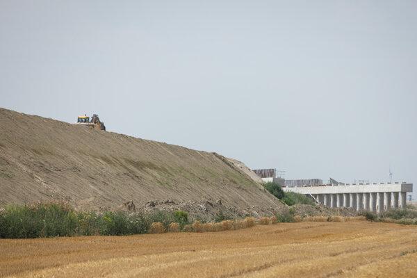 Úsek výstavby diaľnice D4, ktorá po dobudovaní vytvorí vonkajší obchvat Bratislavy spojením hraničných priechodov Jarovce a Devínska Nová Ves.