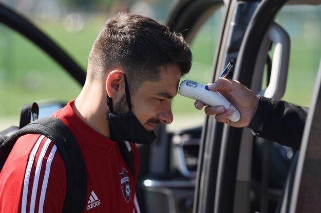 Hráč FC Spartak Trnava Theofanis Tzandaris, ktorému merajú telesnú teplotu pred spoločným tréningom klubu.