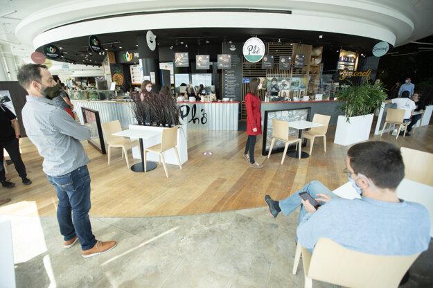 Atmosféra v nákupnom centre Eurovea počas druhého dňa uvoľnenia opatrení 4. fázy.