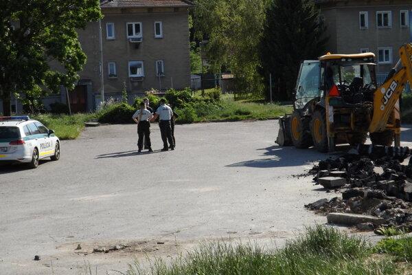 Zbúraná je zatiaľ len malá časť parkoviska.
