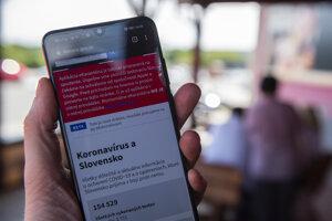 Mobil so zobrazenou webovou stránkou korona.gov.sk s oznamom o nespustení inteligentnej karantény.
