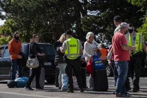 Repatrianti čakajú na spustenie inteligentnej karantény pomocou aplikácie eKaranténa na slovensko - rakúskom hraničnom priechode Bratislava - Berg.