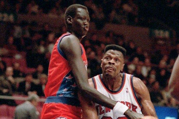 Patrick Ewing (vpravo) v drese New York Knicks na archívnej snímke z 26. januára 1993.