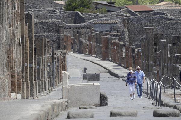 Pompeje opäť otvorili, zatiaľ hlásia viac sprievodcov ako turistov