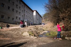 Dobšiná by mnohým mestám s početnou rómskou menšinou mohla byť príkladom. Na tomto mieste boli donedávna chatrče. Dnes sú tu dve nízkonákladové bytovky. Bývajú v nich desiatky rómskych rodín.