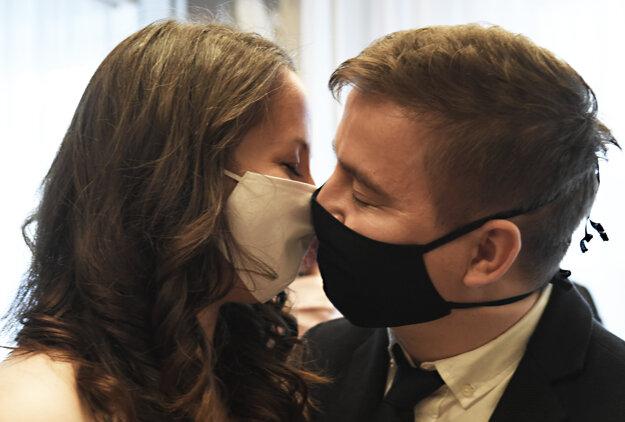 Koronavírus na Slovensku: Sobáš v Košiciach 24. apríla 2020 za prísnych hygienických opatrení.