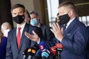 Poslanci parlamentu za stranu SMER-SD Juraj Blanár a Robert Fico.