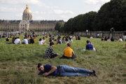 Ľudia v parku neďaleko múzea Invalides v Paríži - ilustračná fotografia.