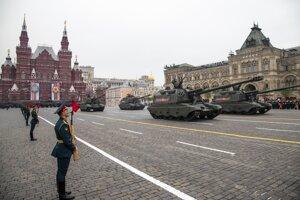 Tradičnú vojenskú prehliadku na Červenom námestí v Moskve odložili pre pandémiu koronavírusu SARS-CoV-2.