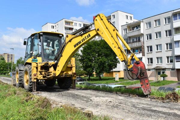 Práce na rekonštrukcii chodníka na nábreží Laborca sú v plnom prúde.