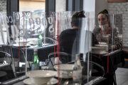 Reštaurácia v Taliansku nainštalovala medzi zákazníkov ochranné plexisklá.
