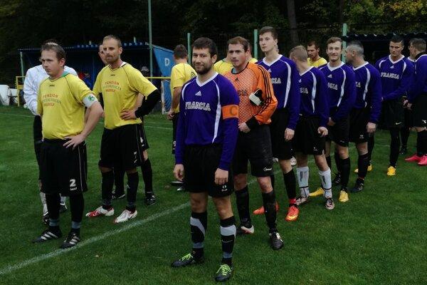 Futbalisti z Malej Čause (v modrom) hľadajú hráčov na sociálnych sieťach.