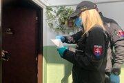 Policajná kontrola ľudí, ktorí mali byť v karanténe.
