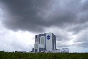 Búrové mraky nad areálom NASA krátko pred opakovaným pokusom o štart rakety SpaceX Falcon 9.