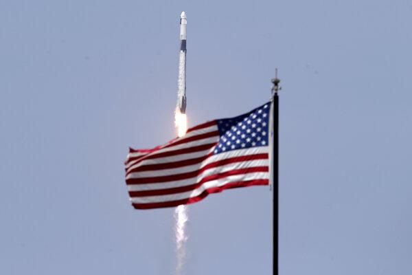 SpaceX v sobotu odštartovala pilotovanú misiu Demo-2.