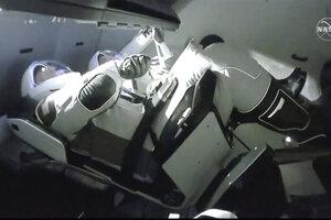 Posádka SpaceX Dragon s astronautmi NASA Dougom Hurleym, vľavo a Robertom Behnkenom sa spojila s ISS.