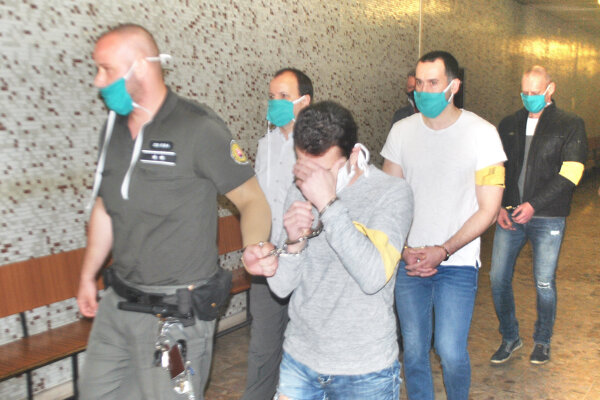 Zľava Volodymyr, Róbert a Pavol. Kráčajú na súd, aby povedali, že sú nevinní.